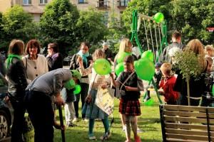 Į  atidarymo šventę susirinkę vaikai džiaugėsi nauja žaidimų aikštele