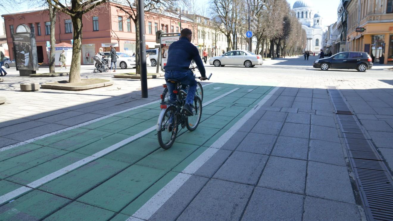 Atšilus orams, į Kauno gatves išrieda dviratininkai