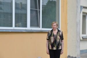Ponia Danutė šalia savo daugiabučio.