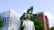 Kaunietis Saulius prie savo renovuojamo daugiabučio.