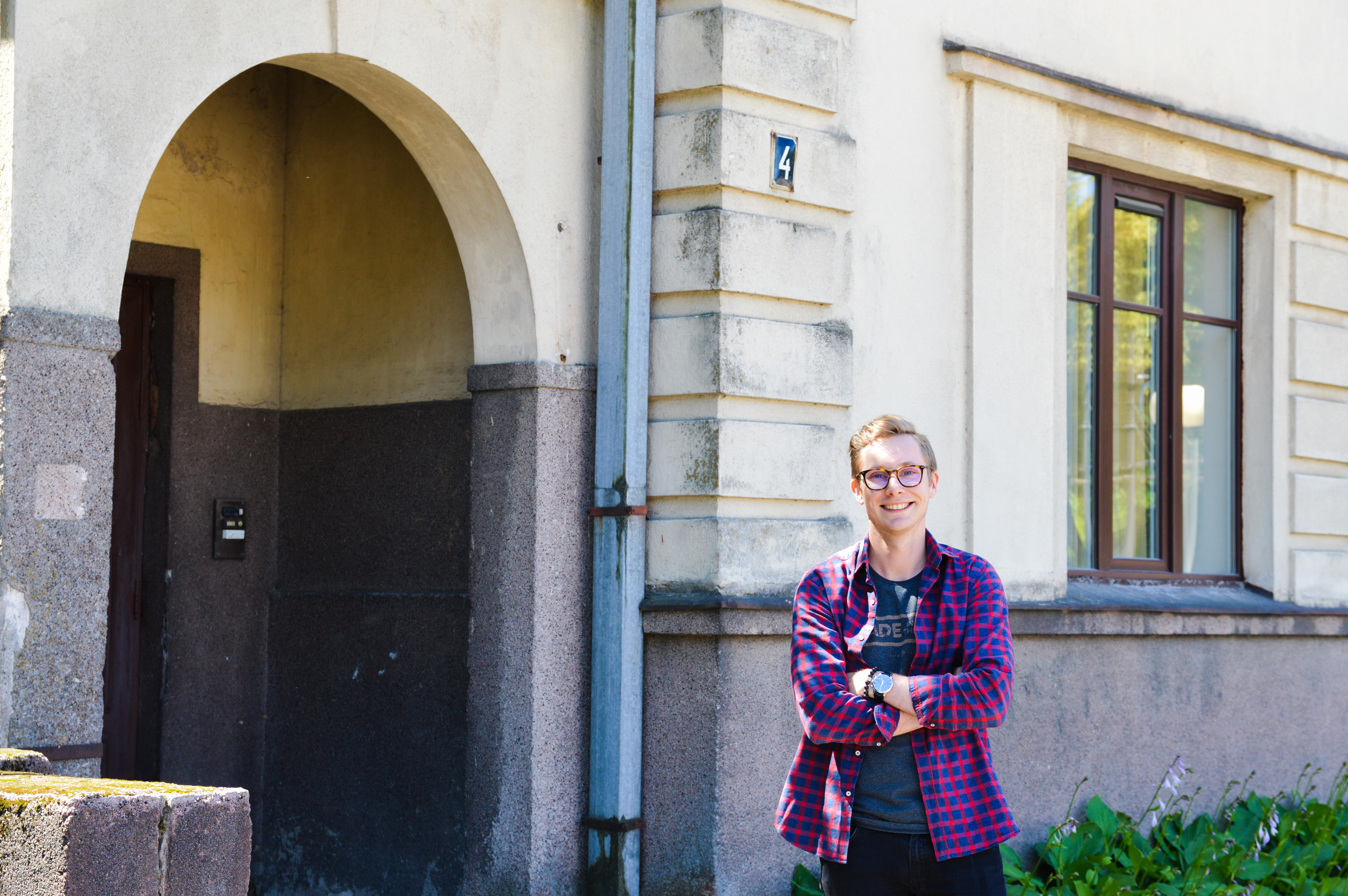 Arvydas Čiukšys prie vieno iš savo kolekcijos pastatų – Jono ir Sofijos Sližių namo, pastatyto 1931 m., Sporto g. 4. Architektas – Stasys Kudokas.
