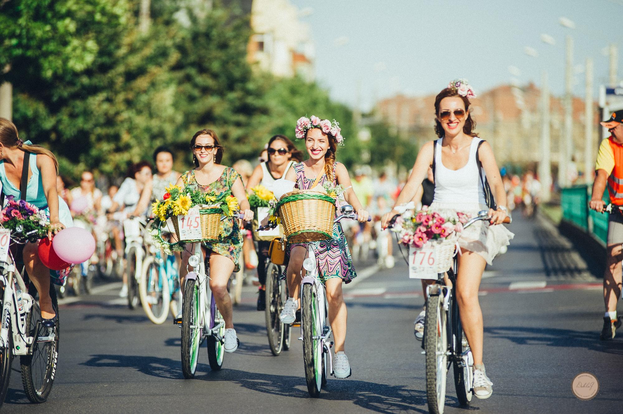 """""""SkirtBike Kaunas 2018"""" – tai originalus, spalvingas festivalis, kviečiantis į moterų pasivažinėjimą dviračiais."""
