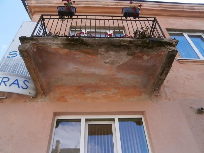 Seni, netvarkingi, avarinės būklės balkonai yra tarsi tiksinti bomba – niekad nežinai, kada jie gali nugriūti.