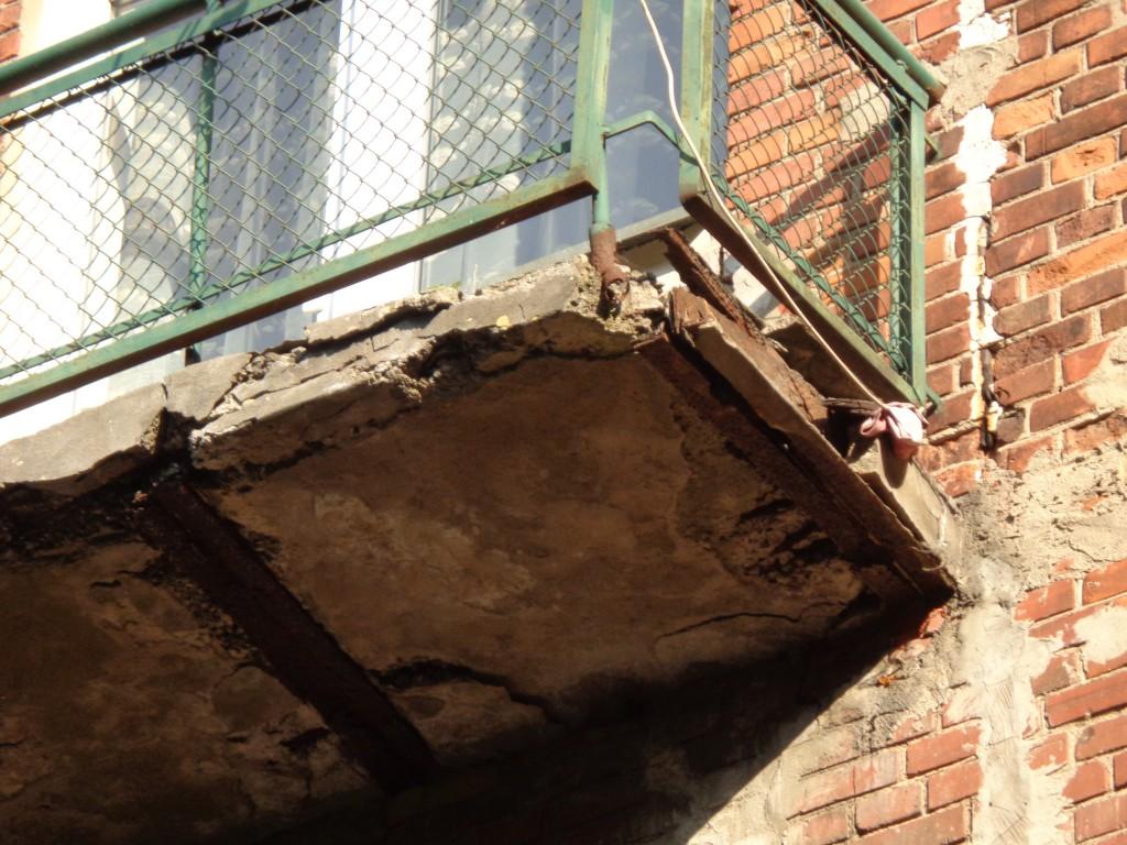Tokį balkoną būtina kuo skubiausiai keisti, nes jam gresia griūtis.
