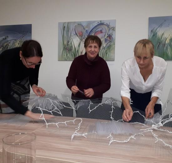 Šių metų Kauno Kalėdų eglę drauge su Jolanta Šmidtiene kuria patys kauniečiai savanoriai.