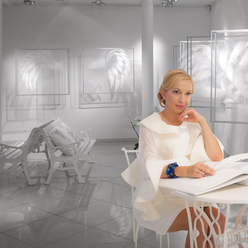 Jolanta Šmidtienė yra viena žinomiausių Lietuvos menininkių-tekstilininkių, gražiausios Lietuvos Kalėdų eglės kūrėja.